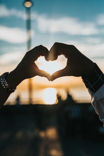Neurobiología del amor - manos - NeuroClass
